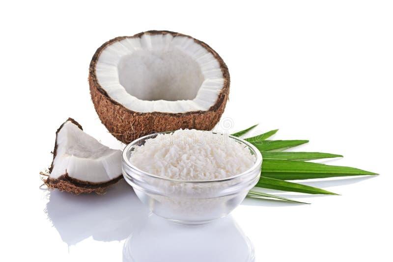 Nourriture saine Noix de coco fraîche avec des flocons dans la glace et les palmettes vertes photos libres de droits