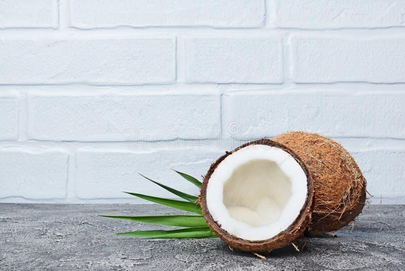 Nourriture saine Noix de coco fraîche avec les palmettes vertes photo stock