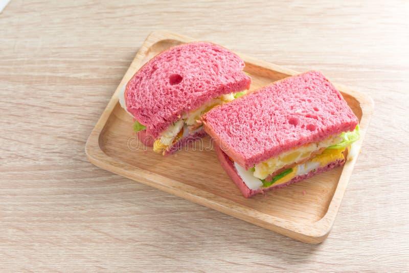 Nourriture saine Panez le sandwich avec l'oeuf, la pomme de terre de mâche, la tomate et le sel images stock