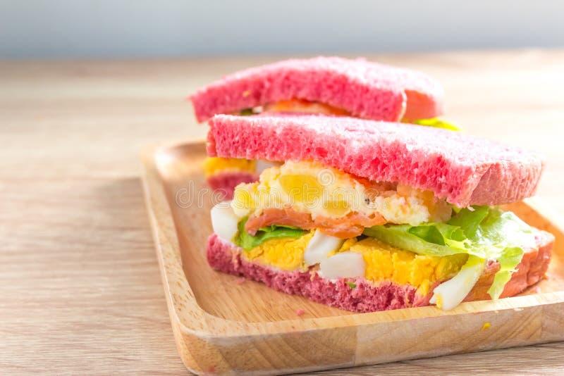 Nourriture saine Panez le sandwich avec l'oeuf, la pomme de terre de mâche, la tomate et le sel photos stock