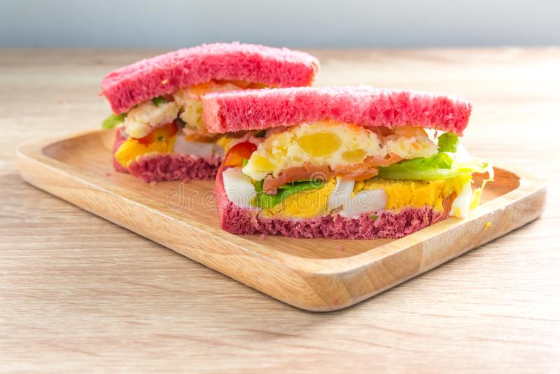 Nourriture saine Panez le sandwich avec l'oeuf, la pomme de terre de mâche, la tomate et le sel image stock