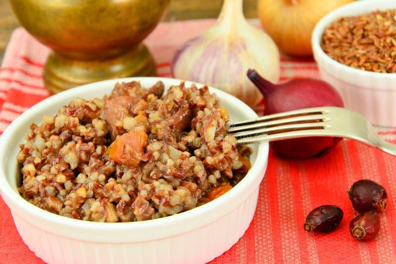Nourriture saine : Pilaf avec de la viande et le riz rouge images stock