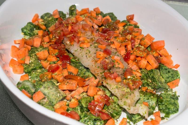Nourriture saine, poisson de compilation avec des légumes images stock