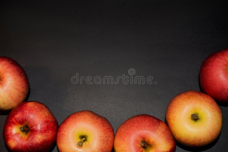 Nourriture saine Pommes rouges mûres sur le fond noir pour votre conception Milieux toujours noirs de photographie de la vie L'es photos libres de droits