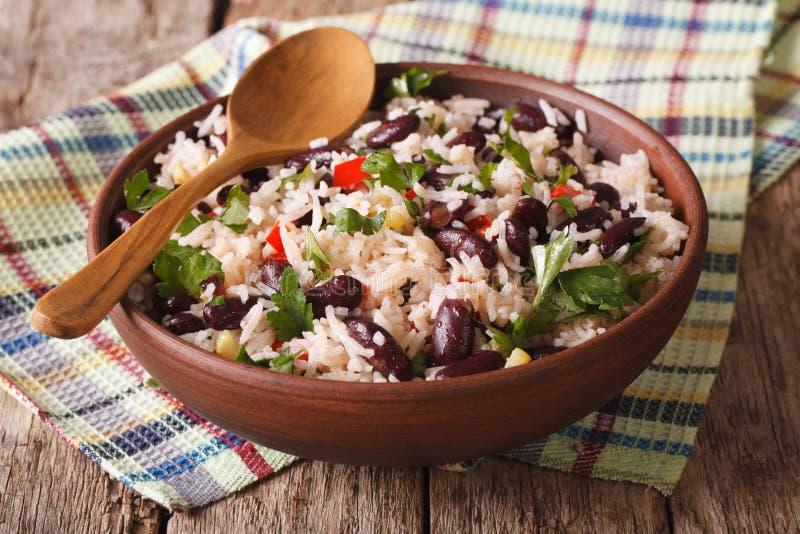 Nourriture saine : riz avec les haricots rouges dans un plan rapproché de cuvette horizontal image libre de droits