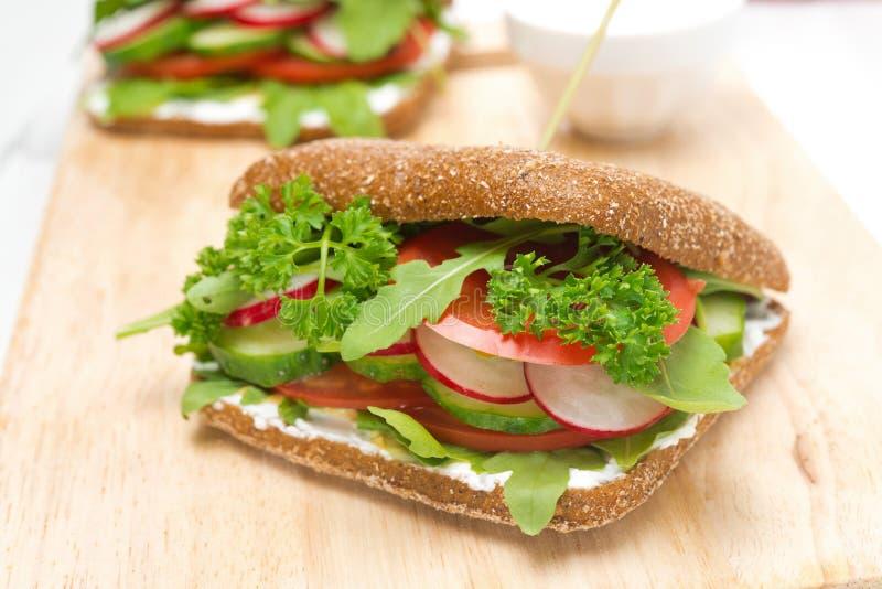 Nourriture saine - sandwich avec le fromage blanc, verts, légume images stock
