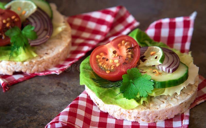 Nourriture saine - sandwichs, gâteaux de riz avec de la laitue, tomate, cucu photo libre de droits