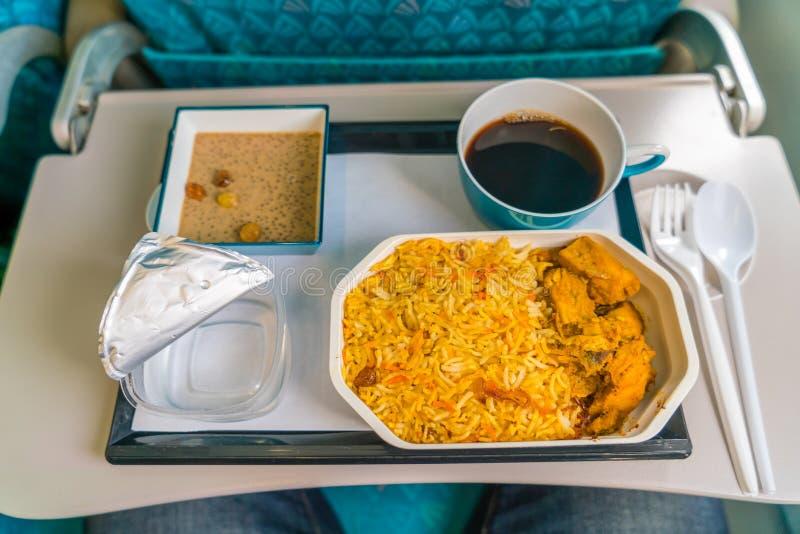 Nourriture saine sur l'avion avec du café images stock