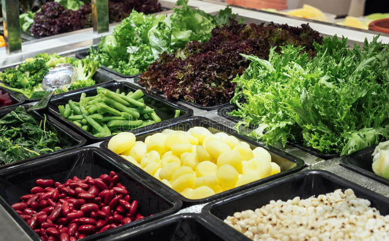 Nourriture saine verte organique de légumes frais de comptoir à salades image stock