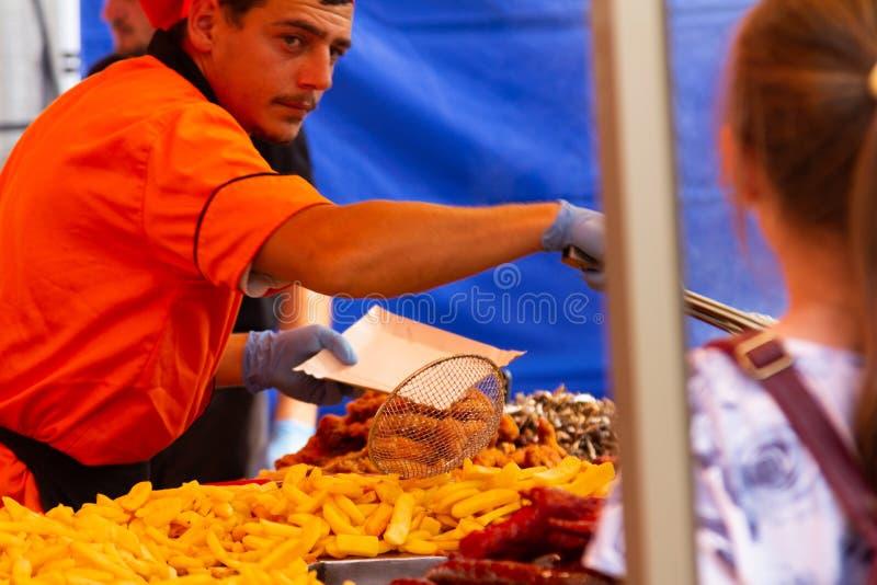 Nourriture servante de chef au festival Alba Iulia de nourriture de rue image libre de droits