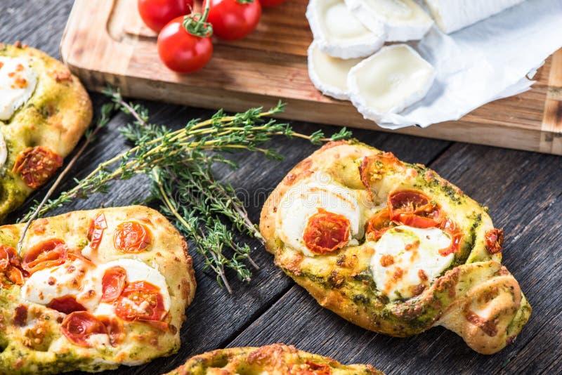 Nourriture simple faite maison, foccacia avec du fromage photo stock