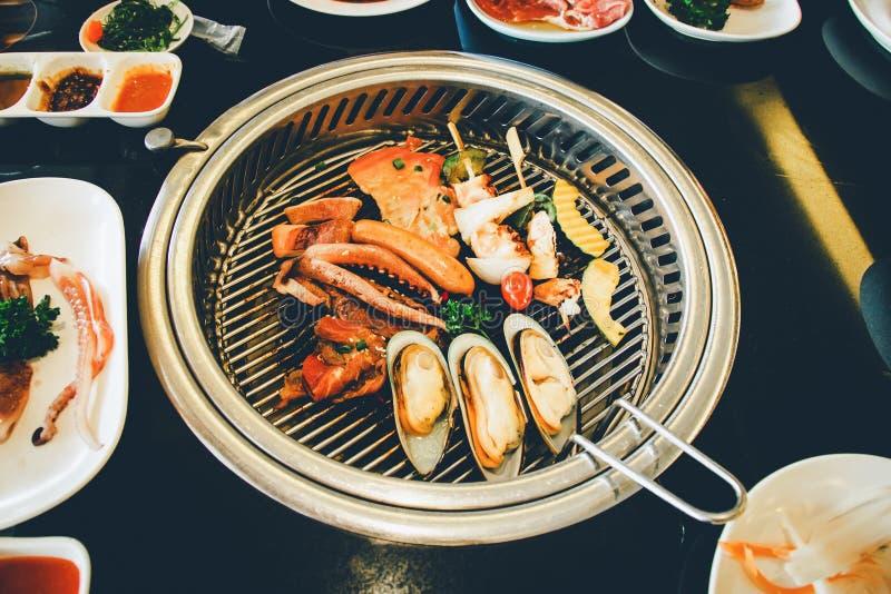 Nourriture sur le gril coréen de BBQ image libre de droits
