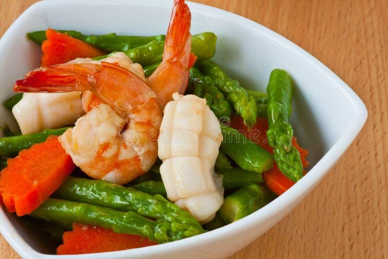 Nourriture thaïe, asperge Remuer-frite avec des fruits de mer photographie stock