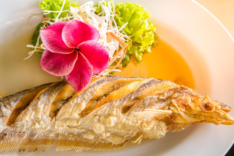 Nourriture thaïe frite de poissons images stock