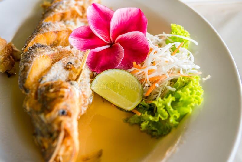 Nourriture thaïe frite de poissons photographie stock libre de droits