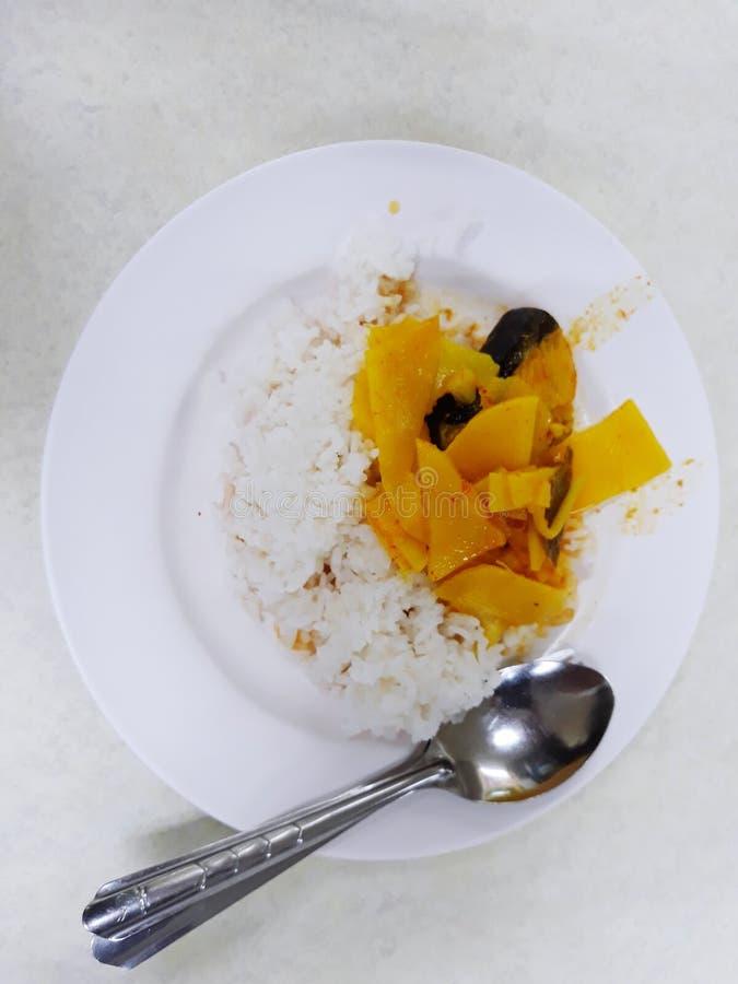 Nourriture thaïlandaise, cari jaune et riz blanc de fond images stock