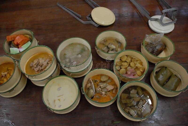 Nourriture thaïlandaise dans le transporteur de nourriture images stock