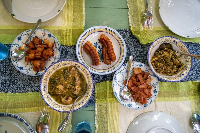 Nourriture thaïlandaise du nord locale délicieuse fraîche de style comprenant le porc frit et grillé, le légume bouilli et d'autr image stock
