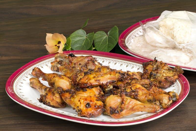 Nourriture thaïlandaise et menu traditionnel Poulet rôti et riz collant avec le plat sur le bois image stock