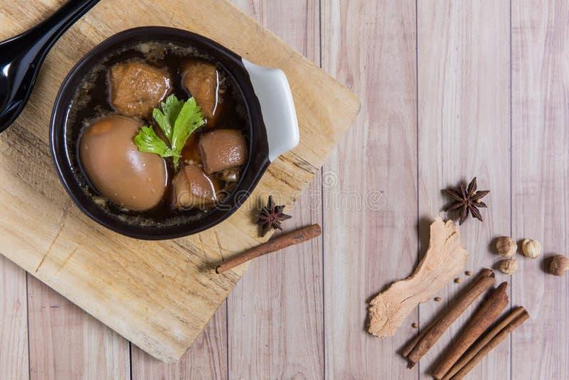 Nourriture thaïlandaise : Oeuf cuit avec du porc et le tofu photographie stock