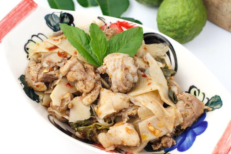 Nourriture thaïlandaise, poulet frit avec des pousses de bambou image stock
