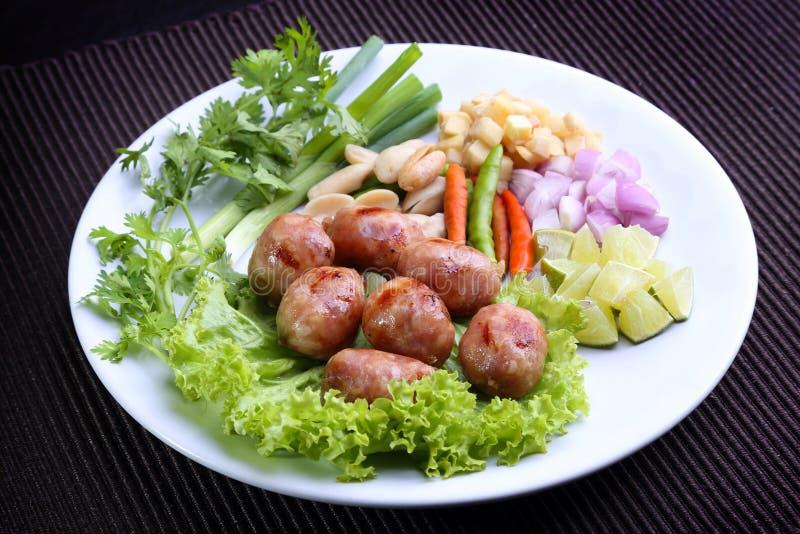 Nourriture thaïlandaise - saucisses grillées thaïlandaises Est-du nord de riz (saucisse fermentée) avec la chaux, piment, haricot photos libres de droits