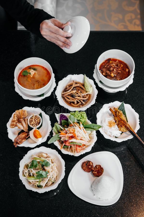 Nourriture thaïlandaise traditionnelle assortie, cari rouge, soupe épicée à Tom Yum, salade de papaye et plat local image libre de droits