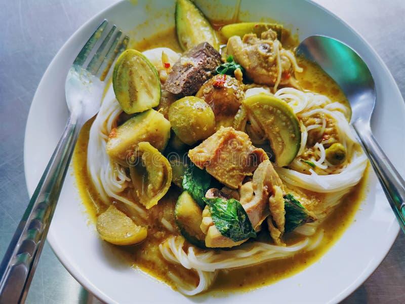 Nourriture tha?e traditionnelle Nouilles de riz avec le poulet vert de cari photos libres de droits