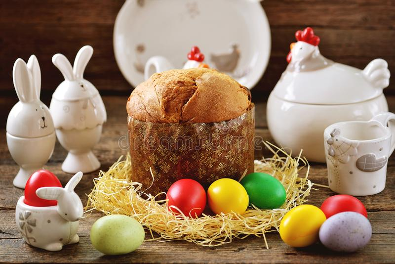 Nourriture traditionnelle de Pâques - oeufs et gâteau de Pâques sur une vieille table en bois le fond a coloré le vecteur rouge d photo stock