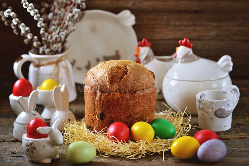 Nourriture traditionnelle de Pâques - oeufs et gâteau de Pâques sur une vieille table en bois le fond a coloré le vecteur rouge d photo libre de droits
