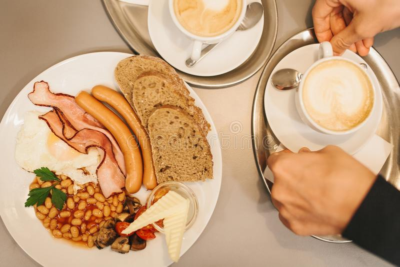 Nourriture traditionnelle de ressortissant de petit déjeuner anglais Un plat célèbre partout dans le monde Vue supérieure Un homm photo libre de droits