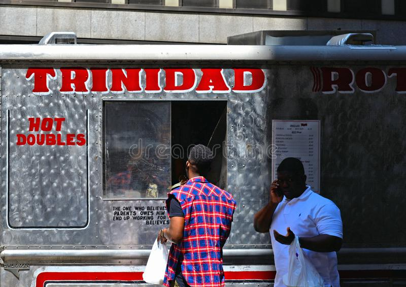 Nourriture traditionnelle de rue de camion de nourriture avec des costumers attendant devant le bâtiment de bourse des valeurs de images libres de droits
