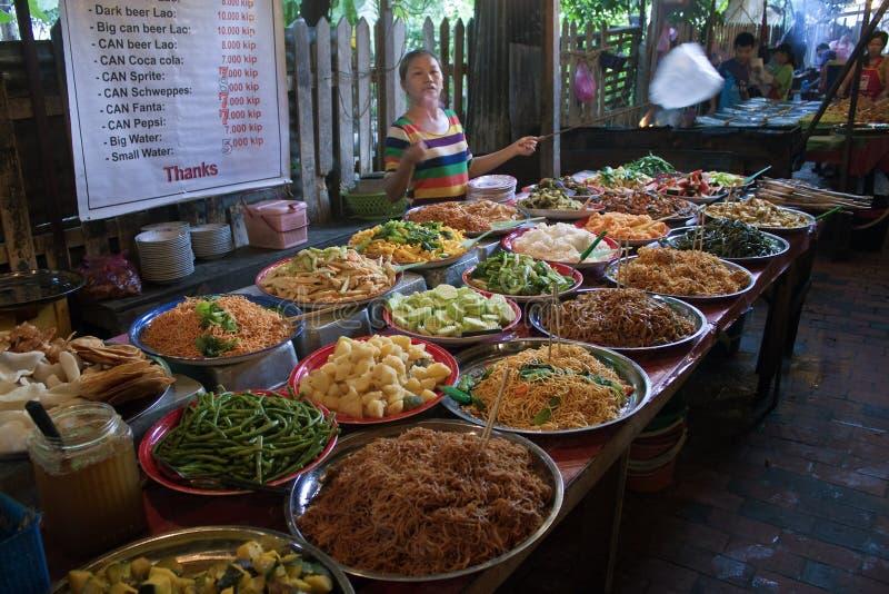 Nourriture traditionnelle de rue dans Luang Prabang photos libres de droits