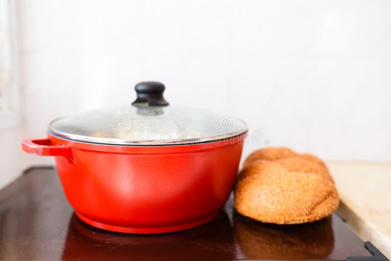 Nourriture traditionnelle de Shabbat ou de sabbat du plat chaud dans la cuisine image stock