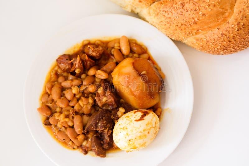 Nourriture traditionnelle de Shabbat ou de sabbat sur la table blanche dans la cuisine image stock