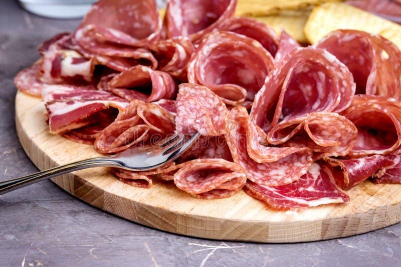 Nourriture Tray With Delicious Salami Pieces de fin découpée en tranches de plat de jambon et de viande de biscuits et de batons  image libre de droits