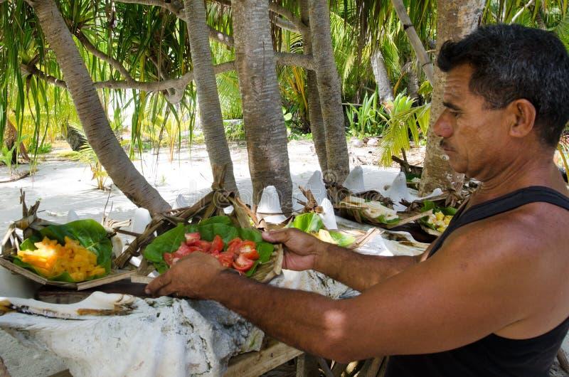 Nourriture tropicale servie extérieur dans le cuisinier Islands de lagune d'Aitutaki photo stock