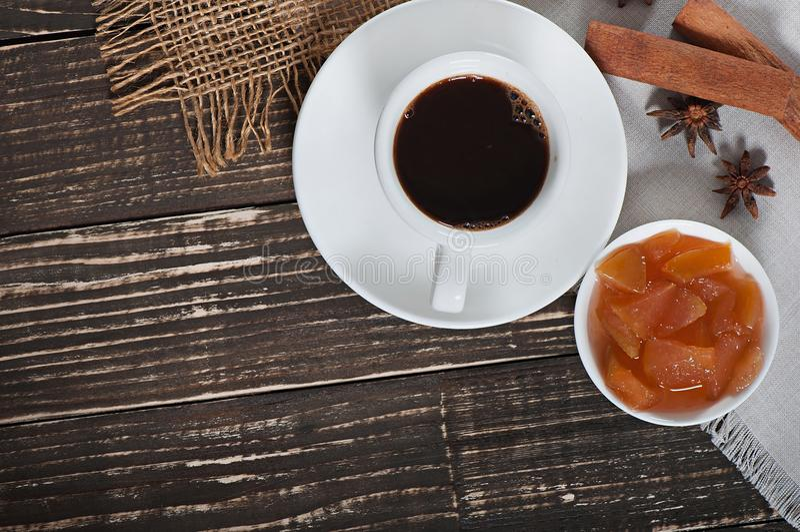 Nourriture - une tasse de café chaud parfumé et d'une confiture douce délicieuse des pommes photographie stock