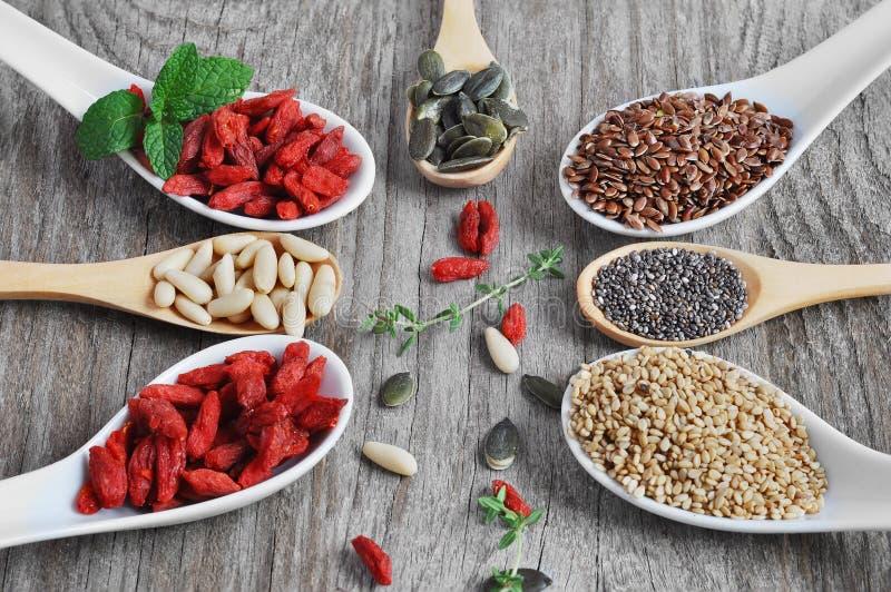 Nourriture utile et saine Placez les graines pour une alimentation saine photos libres de droits