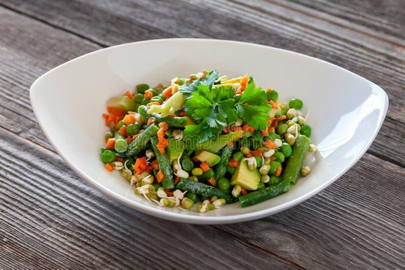 Nourriture végétarienne : Belle salade délicieuse avec l'avocat, broccol image libre de droits