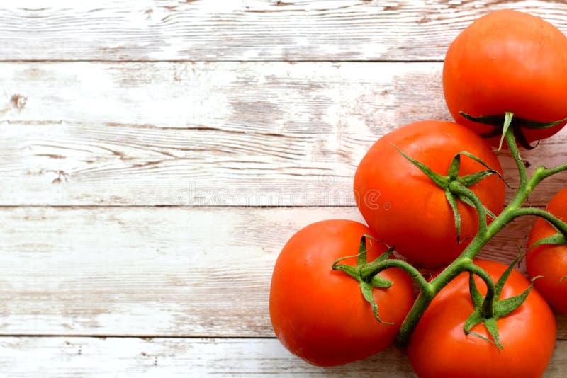 Nourriture végétarienne d'été, tomates de grappolo sur le conseil en bois photos libres de droits
