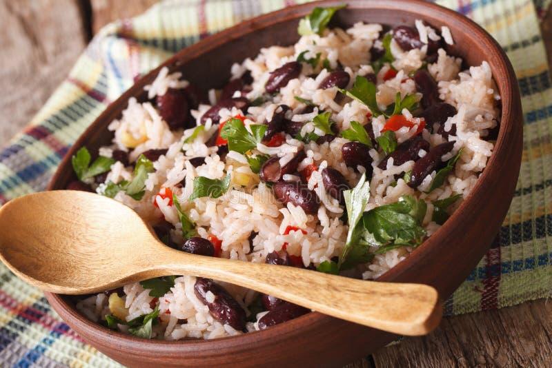 Nourriture végétarienne : riz avec les haricots rouges dans un plan rapproché de cuvette horizon photos stock