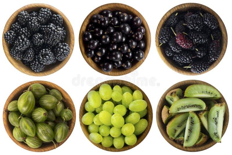 Nourriture verte et noire Baies et fruits d'isolement sur le fond blanc Collage de différents fruits et baies au vert et au noir images stock