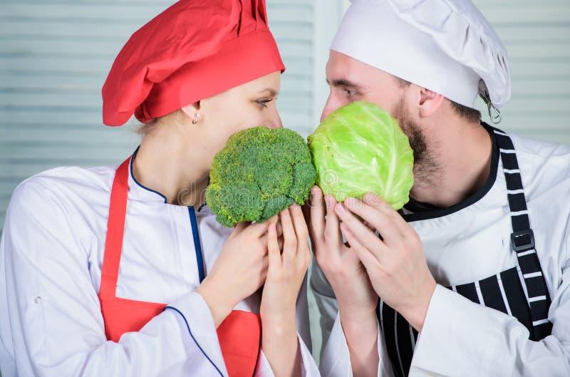Nourriture verte et saine Famille faisant cuire dans la cuisine couples heureux dans l'amour avec la nourriture saine Chef d'homm photographie stock
