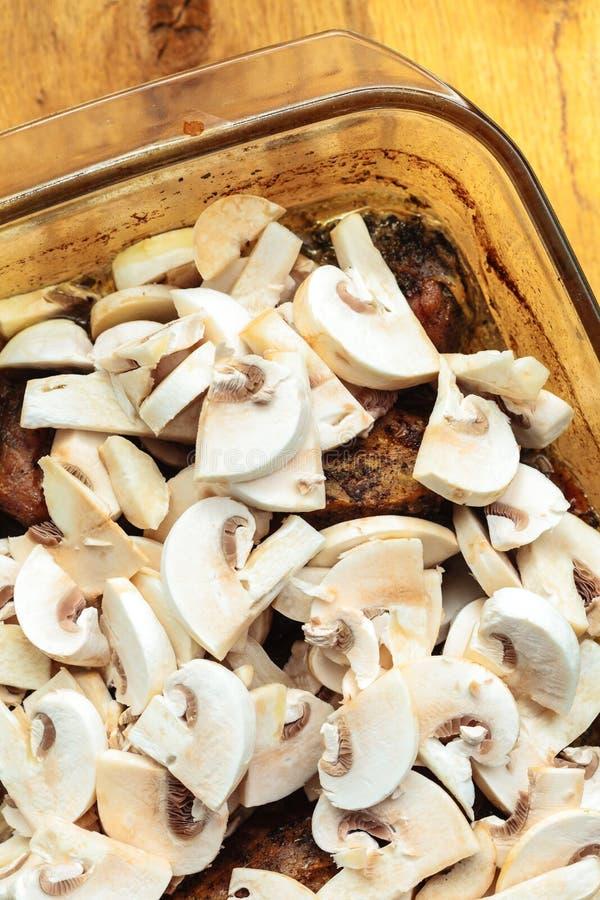 Nourriture Viande rôtie de poulet avec des champignons photo stock