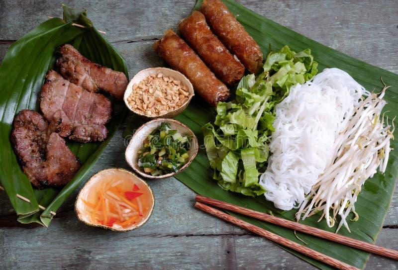 Nourriture vietnamienne, petit pain de ressort, gio de cha, viande de rôti photos stock