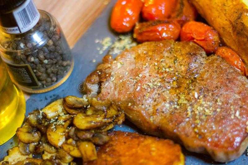 Nourritures colorées et saines, mode de vie occupé, bifteck sur une ardoise photographie stock libre de droits