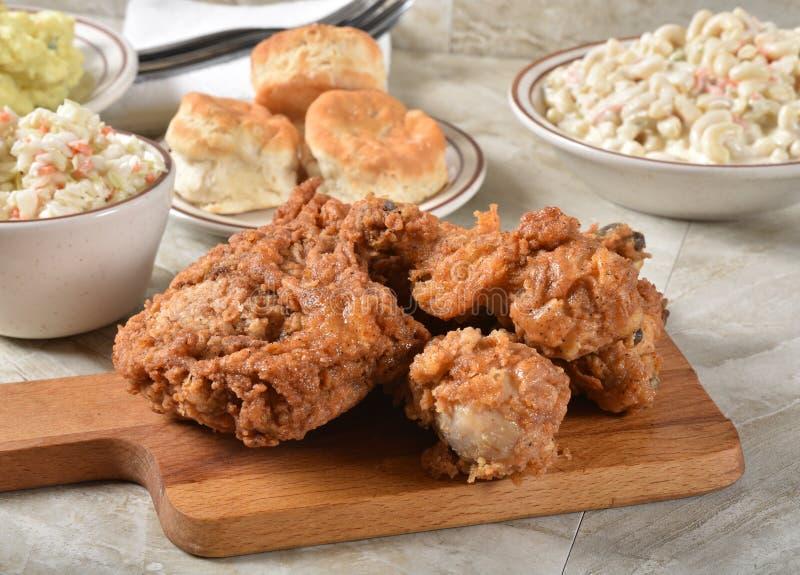 Nourritures de pique-nique de poulet et d'été image stock