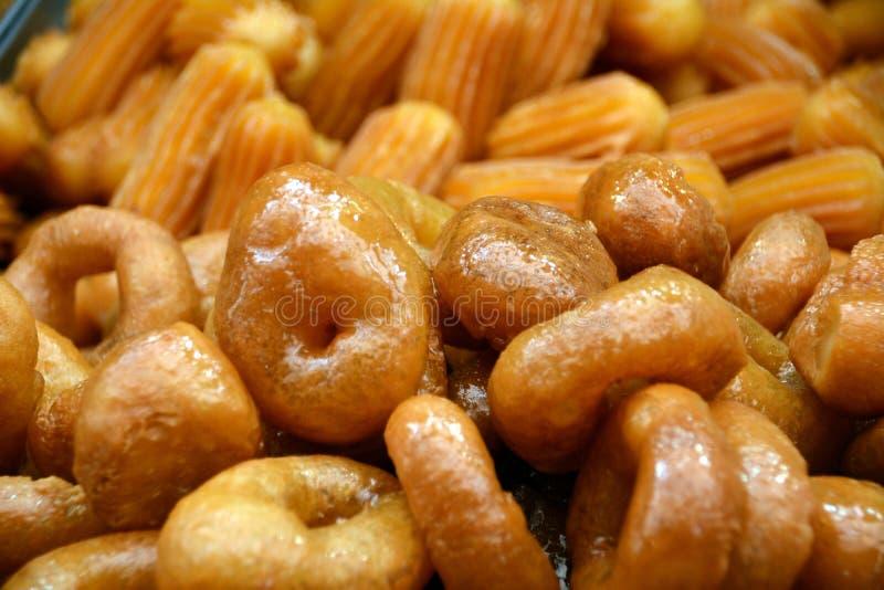 Nourritures du Moyen-Orient de rue : Pâtisseries frites de baklava avec le sirop photo libre de droits