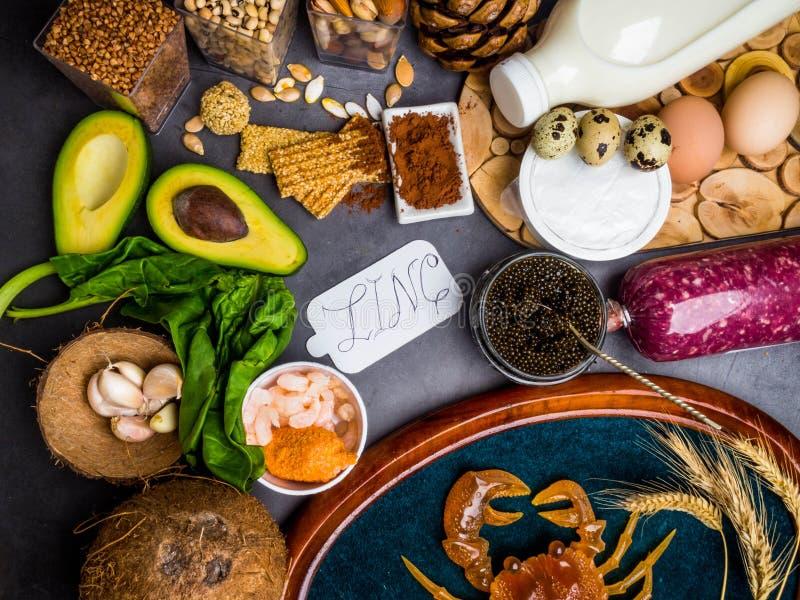Nourritures hautes en zinc comme poissons, crevettes, boeuf, fromage, ?pinards, cacao, graines de citrouille, crabe, caviar noir, photos libres de droits